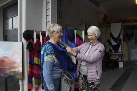 NYTT SJAL: Bjørg Matre (t.v.) frå Sveio sikra seg eit sjal i Helga Klette Steinsvik sitt Garasjegalleri.