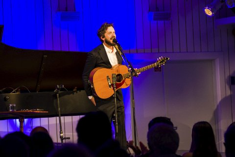 Med eit vinnande vesen på scena, kombinert med ein gammal akustisk gitar, sjarmerte Thomas Dybdal publikum med sine ærlege og underhaldande historier undervegs.