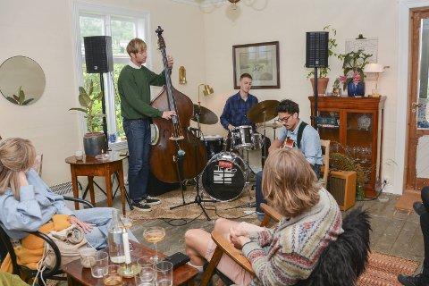 Det vart ein skikkelig intimkonsert då Tor Ezaki trio spelte opp for fullsette stover i det nyopna gjestgiveriet i Sundal på søndag.