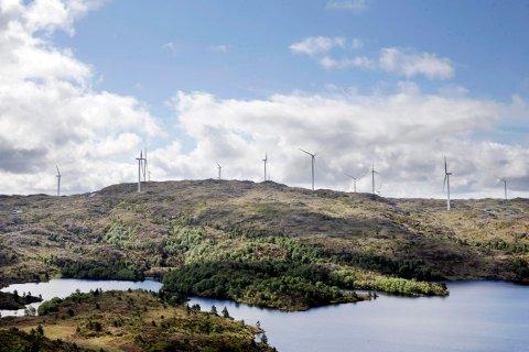 Staten og politikerne i Tysvær kommune har sagt ja til å sette opp 28 vindmøller (vindturbiner) i kommunen. Bildet viser Midtfjellet Vindkraft på Fitjar .