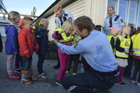 Politiet håpar mange små og store vil ta turen til open politistasjon på laurdag. Her frå då dei leverte refleksvestar til elevar på Sunde skule i 2016. (Arkivfoto).