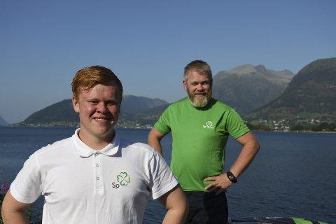 KLØVER PÅ BRINGA: Andreas (t.v.) og faren Stein Olav Ølvestveit frå Åkra står på vallista til Senterpartiet.