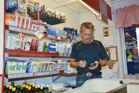 For Stig Arild Fosse vil det bli vanskeleg både å ta imot og levera varer med nye ferjeruter. (Arkivfoto)