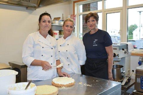 Håpefulle: Merete Berntsen, Siv Anita Brovold og Lise Karlsen ved Dill AS håpar matproduksjonen kjem tilbake til institusjonane.
