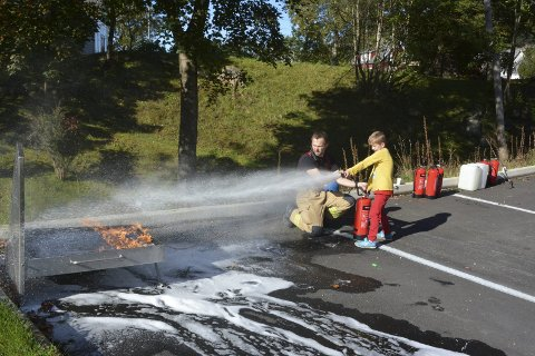 STAS: Førstkommande laurdag blir det open brannstasjon i Rosendal. Det er det mange barn som synest er spennande. Dette bildet er frå open brannstasjon i september 2017. Arkivfoto.