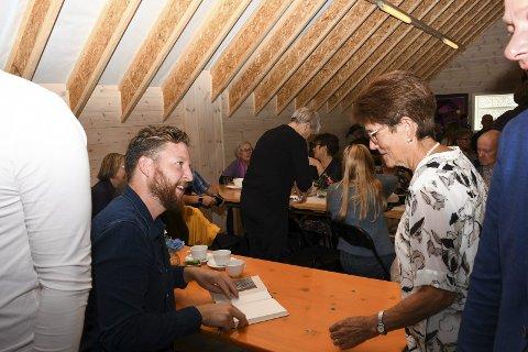 PRESENTASJON: Anders Totland presenterte og signerte bøkene sine hos Galleri G Guddal søndag.