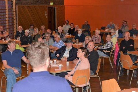 Heile 50 personar møtte opp på folkemøtet på Hatlestrand onsdag kveld. Solbjørg Helvik (til høgre i bildet, med svart og kvit jakke med gult på), hadde ei frisk oppmoding til ungdommen.