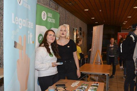 «Legalize it»: Agnes Bernes (t.v.) og Ragnhild Handeland i Unge Venstre hadde eit politisk bodskap utanom det vanlege.
