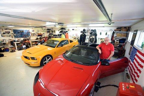 Grom garasje: Gul Ford Mustang, raud Chevrolet Camaro og eit knippe motorsyklar. Ikkje rart Truls Skeie smiler breitt.