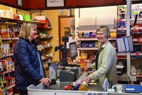 Nærbutikken i Åkra var av butikkane som fekk støtte. Her ser du Oddrun Berge ekspedera kunde Gunnbjørg Vågen. (Arkivfoto).