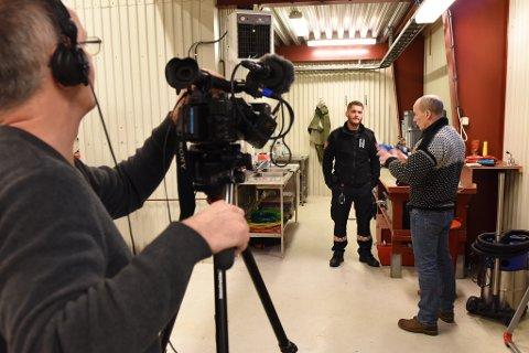 Operativ leiar i Kvinnherad brann og redning, Ruben Medhus (midten), blir intervjua av Leif Seger (t.h.). I forgrunnen kameramann Stefan Jönsson.