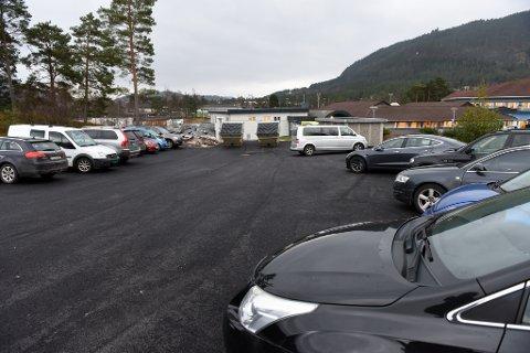 På oppsida av Husnes helsesenter er det komen ein ny p-plass med plass til eit tjuetals bilar. Innkøyrsla er om lag der fotografen står.