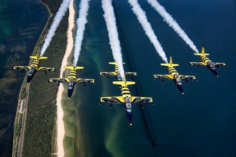 Flyshow med «The Baltic Bees» står på plakaten til Stord lufthamn i juni.