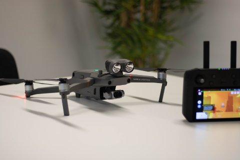 Denne drona har ein prislapp på 52.000 kroner, og er utstyrt med all slags topp morderne teknologi.