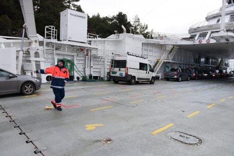 Passasjerar om bord på Fjord 1 sine ferjer får no lov til å gå ut av bilen på overfarten. Sidan 15. mars har koronatiltaka ført til at passasjerane har måtta sitje inne i bilen. No kan dei nytte salongane om bord, men dei må halde to meters avstand frå andre passasjerar. Her frå M/F «Hillefjord» som går i Ranavik–Skjersholmane-sambandet.