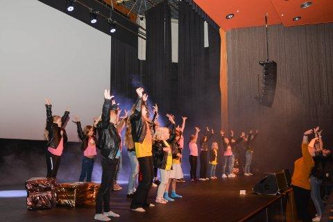 MODIGE: I helga øvde eit 20-tals barn på førestillinga «Modige talent», som går av stabelen i Kulturhuset Husnes komande laurdag.