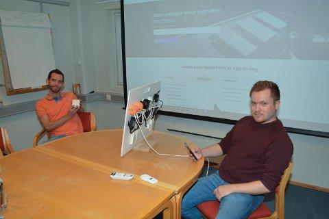 SMART: Dagleg leiar Kjetil Helvik (t.v.) og ingeniør Jon Saugestad (t.h.) i Kvinnherad Elektro demonstrerer smartutstyr.