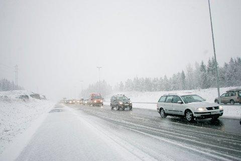 Meteorologane ventar det første snøfallet i Sør-Norge måndag kveld og natt til tysdag. Vegtrafikksentralen ber bilistar bruke dekk som passar til forholda. Arkivfoto: Stian Lysberg Solum / NTB / NPK