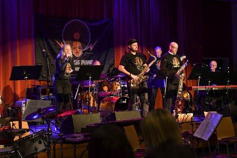 Husnes Funk Orchestra i aksjon tidlegare i år. Fredag skulle dei ha konsert på 5460, men Husnes Jazzklubb avlyser. (Arkivfoto).