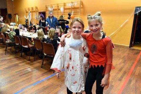 I fjor blei det arrangert halloween-fest for elevane på Valen skule, og her ser du Eva Handeland Gunning (t.v.) og Sofie Sollihagen Nilsen i elevrådet, som hadde skikkeleg kule kostyme. Skal du kle deg ut i år, håpar vi du vil senda oss bilde! (Arkivfoto).