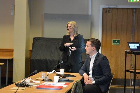 Økonomisjef Niels Jakob Erlingsson og kommunedirektør Ragnhild Bjerkvik gav tysdag politikarane ei grundig innføring i kommuneøkonomien.