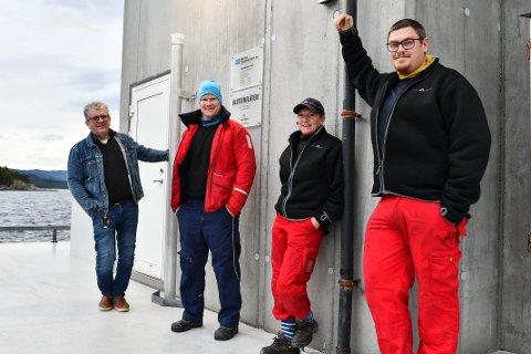 FISKESUKSESS: Hans Helge Vik, Bjarte Vik, Brit Synnøve Fosse Berge og Eivind Sætre på anlegget Mælen utanfor Borgundøya.