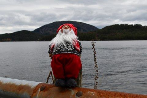 I dag er nissen ved sjøen, men ser du kor bildet er tatt frå? Kanskje du drar kjensel på fjellet i bakgrunnen?