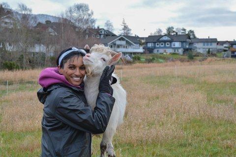 DYREVEN: Lata Marie Avsnes Hauge (38) stortrivst med gardslivet. Her med ei av geitene på garden på Røssland.