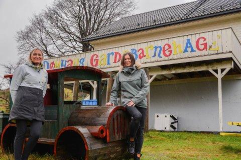 Dønhaug Gardsbarnehage skårar høgast hos foreldre. Her ser du tilsett Anita Hølleland Hauge (t.v.) og styrar Helene Bjørnebøle framføre barnehagen sitt hus.