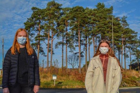 Sol Skeie (t.v.) og Maud Celia Tveitnes Førland meiner munnbind burde vore påbode på skulebussane, og at Skyss i tillegg burde sett inn ekstra buss.