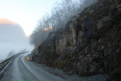 Etter å ha vært stengt i nesten to uker er fylkesvei 49 nå åpnet igjen. Fortsatt gjenstår det noe arbeid på rasstedet.