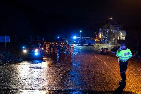 FERJEBRANN: Det var dramatisk då ferja «Ytterøyningen» låg med brann i batterirommet på Sydnes ferjekai i oktober 2019. Seinare eksploderte det også. (Arkivfoto)
