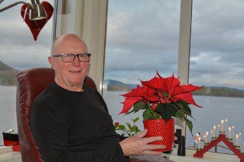 JULEBLOM: Kristian Olav Bringedal (69) får juleblom for allsidig innsats i og for Uskedalen.