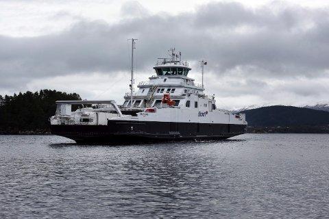 Fergen «Hillefjord», som går i rute mellom Ranavik i Kvinnherad og Skjersholmane på Stord, seiler nå ved hjelp av batteridrift.  (Arkivfoto)