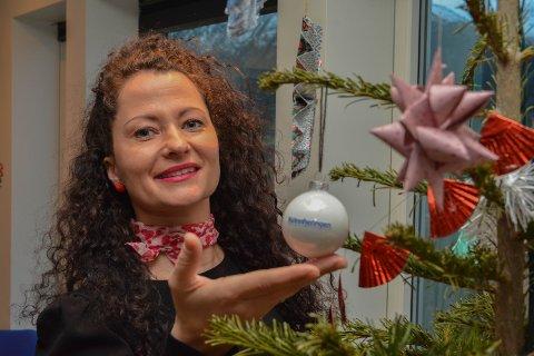 VINNAR: Anita Falk (43) sitt juletre med heimelaga pynt stakk av med sigeren i Kvinnheringen sin juletrekonkurranse. Premien var gåvekort på Husnes storsenter og denne julekula med Kvinnheringen-logo, som blir eit synleg minne og bevis på topp-plasseringa blant mange fine juletre i Kvinnherad.