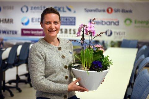 Prosjektkoordinator i Kvinnherad Næringsservice, Kristine Røyrvik, med vakker målblom.