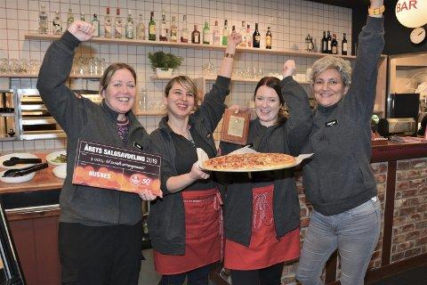GLEDE: Dei tilsette hos Peppes Pizza på Husnes jublar over kåringa til «Årets salgsavdeling» i  Peppes-kjeda. F.v.: Magni Gjuvsland, Heba Qasim, Marthe Blokhus og dagleg leiar Karoline Johnsen.