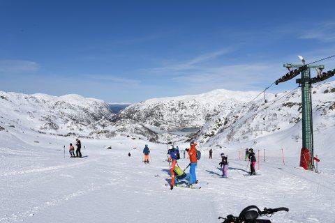 Dette bildet er frå påska i 2018, men no er det omsider blitt bra med snø i Fjellhaugen Skisenter også denne vinteren. (Arkivfoto).