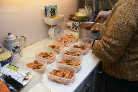Pasta, grønnsaker og pastasaus blir lunsj til Kyrkjeøys fire døtre i tre dager. Hver porsjon skal koste like over fire kroner.