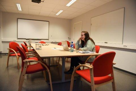 Fjernlærar: Det er fredag føremiddag og via datamaskina og nettet har lærar Anette Agledal Gregersen god kontakt med 23 elevar – låtten sit laust.