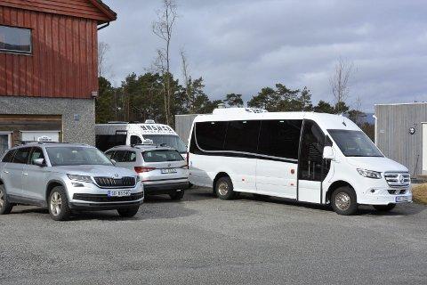 STILLE: Korona-viruset er skuld i at bilane til Kvinnherad Taxi står mykje i ro.