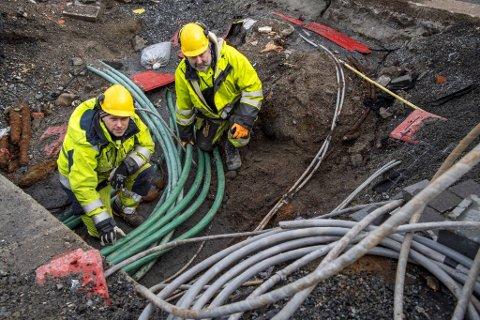 Montørene er kritisk personell for BKK. Her er Tom Mortensen og Hans Olav Lokøy på plass i en grøft i veibanen ved Torget.