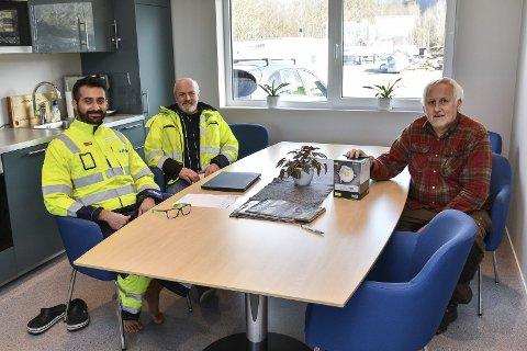 På rett veg: F.v. Adrian Alberto Bouvier, Børre Fiskerstrand og Kjell Rusten. Byggservice-trioen er glade for utviklinga i selskapet. Her frå det nye administrasjonsbygget på Sandvoll. Utanfor reiser det seg ein heilt ny lagerhall.