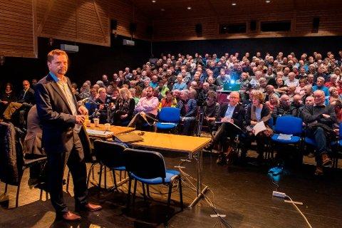 Når det gjeld korleis verdiane som blir igjen i Fjelberg Kraftlag skal disponerast, ligg all makt i denne salen.