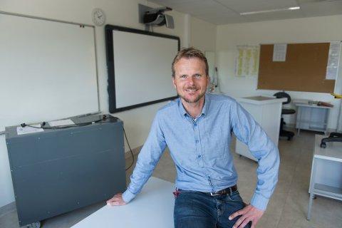 Skuleleiar Bjørn Olav Tveit legg ikkje skjul på at den nye skulekvardagen er utfordrande for både lærarar, elevar og foreldre. Han er likevel imponert over innsatsviljen i ei krevjande tid. (Arkivfoto).