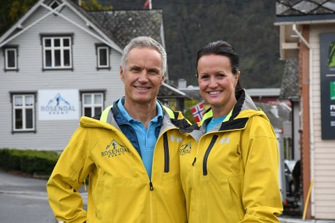 Sjur Langesæter (t.v.) og Laila Hervold Langesæter har bestemt seg for å selja bedrifta si, Rosendal Event. (Arkivfoto).