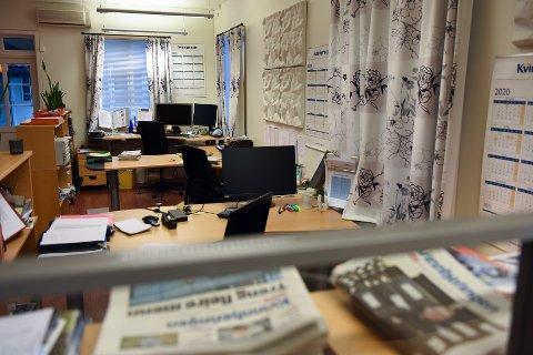 To tilsette i Kvinnheringen si marknadsavdeling blir 50 prosent permitterte denne veka som følgje av korona-krisa og tapte annonseinntekter. Per no er avishuset på Husnes tomt, fordi alle tilsette har heimekontor. (Foto: Jonn Karl Sætre).