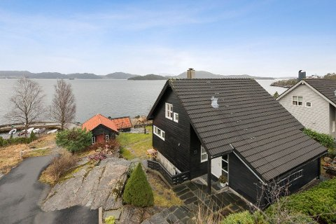 SELD I FYKANDE FART: Dette huset på Eikelandsberget på Valen gjekk unna etter ein 24 timars bodrunde.