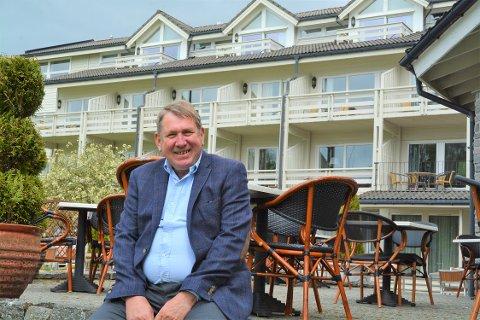 HOTELLDIREKTØR: Arne Havnerås ved Rosendal Fjordhotel har framleis ledige sommarjobbar i år. Han håpar at det skal bli lettare å få tak i lokal arbeidskraft dette året.