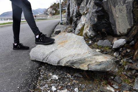 Dette bildet viser den til no største steinen som har rasa ned i problemområdet langs den nye vegen gjennom Lundsneset. (Arkivfoto).